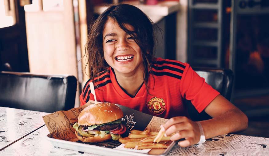 דודיס ביסטרו בר תמונה עם ילד נהנה מהאוכל
